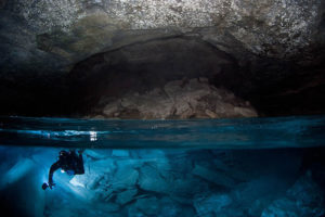 7-Stunning-Photos-of-Night-Diving-in-Asia